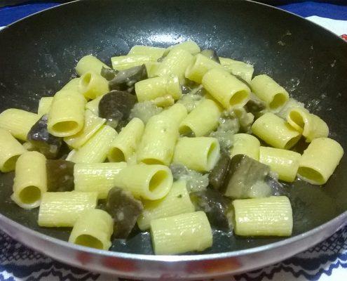 pasta con melanzane e pecorino