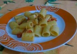 Mezze maniche con carciofi e pomodori