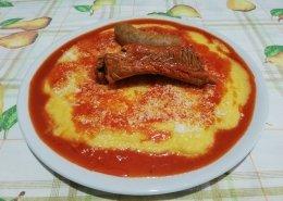 Polenta con salsicce e spuntature