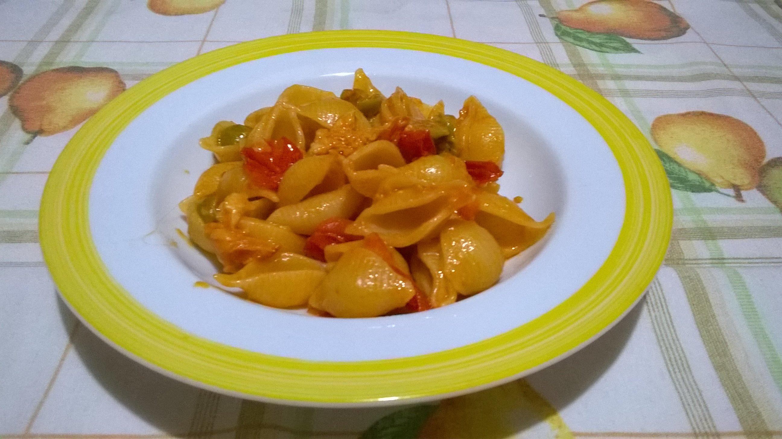 conchiglie pomodorini olive e formaggio filante