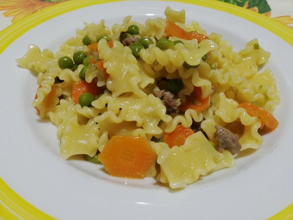 Pasta carote piselli e salsiccia
