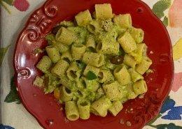 Mezze maniche al pesto ricco di zucchine
