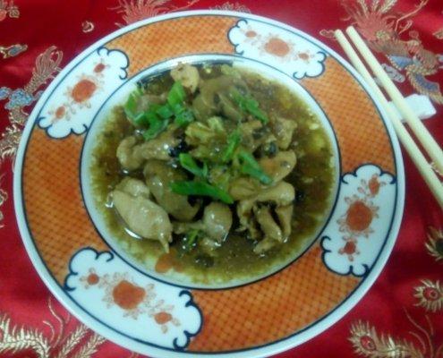 Pollo in salsa ai fagioli neri e funghi