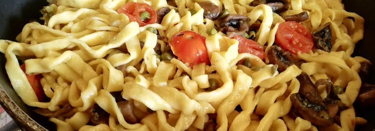 Fettuccine funghi piselli e pomodorini