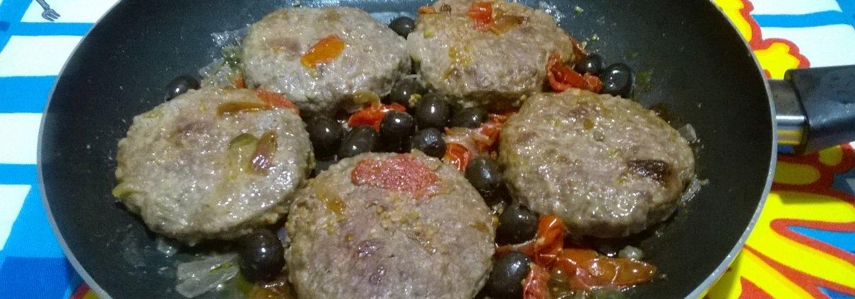 Hamburger con cipolla pomodorini e capperi