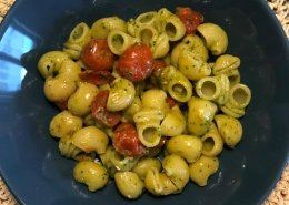 Conchiglie con pesto di rucola e pomodorini