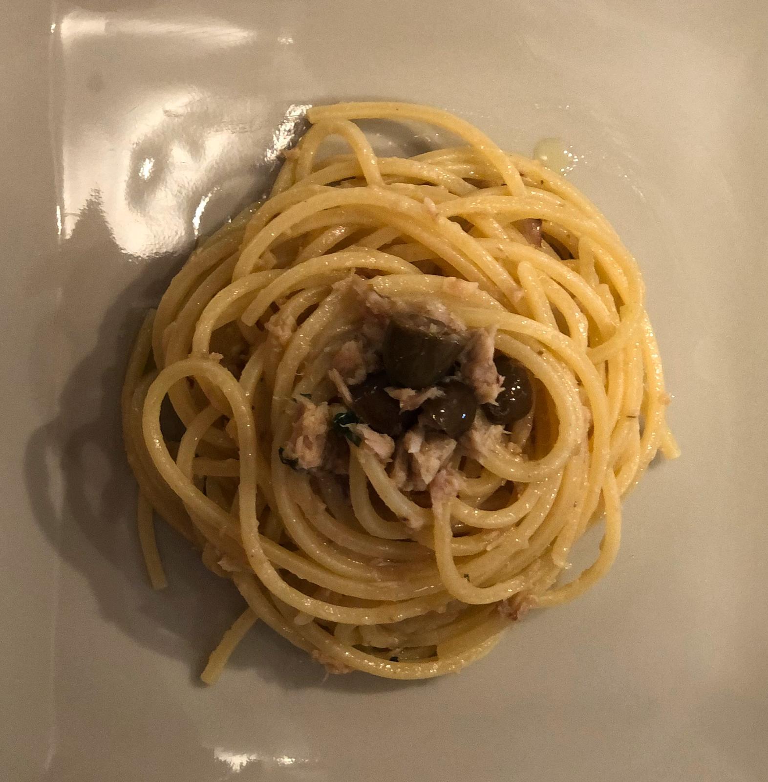 Spaghetti alla chitarra con tonno, acciughe e olive taggiasche