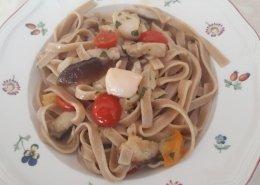 Fettuccine integrali con funghi porcini, capesante e pomodorini